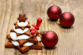 Gingerbread christmas tree and red christmas balls on wooden tab — Stock Photo