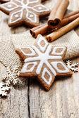 素朴な木製のタブ上の星の形のジンジャーブレッド クッキーをクリスマス — ストック写真