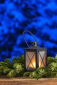 Bellissima lanterna abete notte di rami, innevate sullo sfondo — Foto Stock