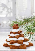 Gingerbread christmas trees. Beautiful xmas dessert — Stock Photo