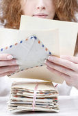ビンテージ文字のパッケージを保持している女性 — ストック写真