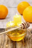 Ciotola di miele sul tavolo di legno — Foto Stock