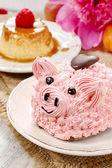 Детская группа: милый розовый Пятачок торт и великолепных пионов — Стоковое фото