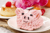 Kids party: cute pink piglet cake and stunning peonies — Stock Photo