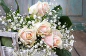 Beautiful pink roses and gypsophila paniculata (Baby's-breath fl — Stock Photo