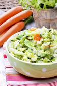 Świeże sałatki w misce kropkowana zielony — Zdjęcie stockowe