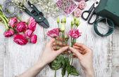 Fiorista al lavoro. donna fare bella bouquet di rosa eustoma — Foto Stock
