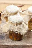 Cogumelos em conserva em frasco de vidro transparente — Fotografia Stock