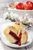 Pieczone jabłka nadziewane z Konfitura malinowa — Zdjęcie stockowe