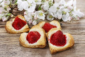 Puff pastry cookies in heart shape filled with strawberries. Blo — Stock Photo