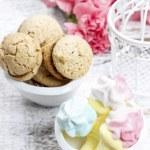 Bowl of marshmallows and bowl of parisian macarons on white wood — Stock Photo #47976373