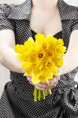 Woman holding bouquet of fresh daffodils — Stock Photo