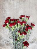 букет из красных гвоздики цветы на фоне деревянных. вид сверху, — Стоковое фото