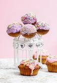 Cake pops e bolinhos na mesa de madeira. fundo rosa, spa de cópia — Foto Stock