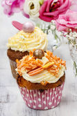 Beautiful cupcakes decorated with yellow and orange sprinkles. B — Stock Photo