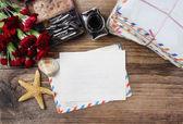 Escrevendo uma carta. pacote de cartas e flor cravo vermelho — Fotografia Stock