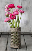 Bouquet of pink persian buttercup flowers (ranunculus) on wooden — Zdjęcie stockowe