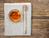Bowl of honey on wooden table. Symbol of healthy living and natu — Stock Photo