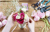 Woman making floral wedding decorations. Tiny bouquet of beautif — Stockfoto