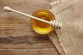 Bol de miel sur une table en bois. — Photo