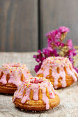 Traditional easter yeast cake decorated with pink icing — Stock Photo