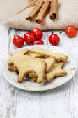 Gingerbread cookies on wooden table. Traditional christmas recip — Stockfoto