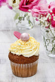 Beautiful cupcakes decorated with yellow and orange sprinkles. B — Stockfoto