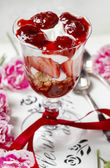 Layer strawberry and muesli dessert in glass goblet. Selective f — Stockfoto