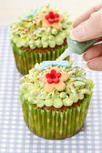 Woman decorating easter cupcakes — Stock fotografie