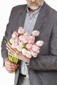 Man holding bouquet of pink tulips — Stockfoto
