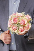 Man holding bouquet of pink roses — Stockfoto
