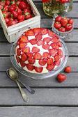 草莓蛋糕蛋糕的立场上 — 图库照片