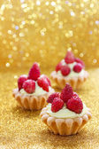 Beautiful tiny cupcakes with wild strawberries — Stock Photo