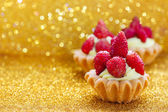 Beautiful tiny cupcakes with wild strawberries — Stock Photo