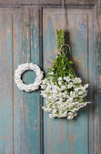 Bunch of white tiny chrysanthemums and white wicker — Stock Photo