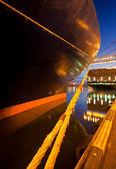 Vue de la nuit d'un navire de charge — Photo