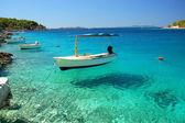 Barcos en una bahía tranquila de milna en la isla de brac, croacia — Foto de Stock