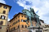 Socha cosima i de medici na náměstí piazza della signoria ve florencii, itálie — Stock fotografie