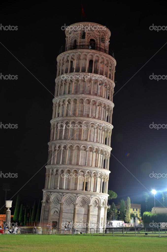 La tour de pise par nuit sur la place des miracles pise toscane italie - Taille de la tour de pise ...