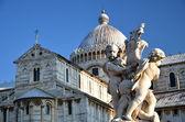 La estatua de los ángeles en la plaza de los milagros en pisa, italia — Foto de Stock