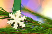 Christmas decoration, snow flake on clip against bokeh background — Zdjęcie stockowe