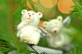 Christmas decoration, white bear angels on clip against bokeh background — Stock Photo