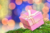 Christmas decoration, pink Christmas present against bokeh background — Zdjęcie stockowe