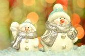 Kerstdecoratie, twee cijfers van sneeuwpop tegen bokeh achtergrond — Stockfoto