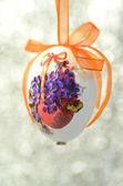 Huevos de pascua decorados con flores hechas mediante la técnica del decoupage sobre fondo bokeh — Foto de Stock