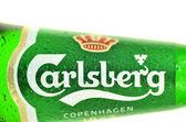 Cerveza carlsberg aislado sobre fondo blanco — Foto de Stock