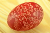Colorful scratched handmade Easter egg on a table — Stockfoto