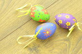 Colorful Easter eggs lying on a table — Стоковое фото