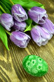 Scratched handmade Easter egg and tulip flowers — Stock Photo