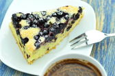 Pedazo de deliciosa casera bizcocho afrutado con arándanos y taza de café — Foto de Stock
